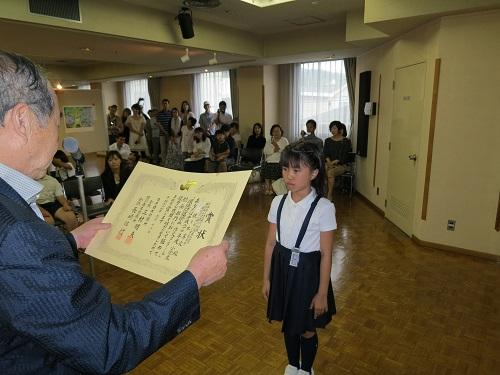 H27絵画コンクール 長﨑会頭表彰状授与